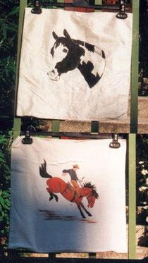 Seiden- oder Baumwoll-Kissen mit schwarz-weißen oder farbigen Motiven gibt's zwischen 5 und 20,-€