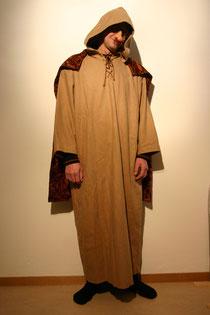 Kleid mit angenähter Kaputze und Umhang, Fr.25.-