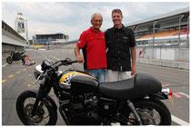 Uwe Kaiser mit Rennfahrerlegende Jim Redman und UKMotors Project Bonneville
