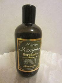 天然素材、ベルガモットの香りのシャンプー。薬局で買えるようなシャンプーを使い続けると将来禿るそうなので(笑)要注意!