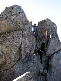 烏帽子岳山頂に登るメンバー