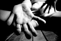 Las manos de Denisse. Del tríptico Denisse,1997 © Margarita Mejía