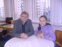 Herr Haas mit Reporterin Justine