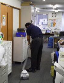 デイケアクリニック事務室内の清掃(掃除機掛け)の様子