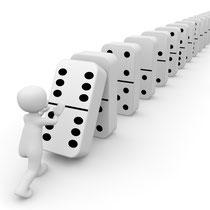 Durch diese tiefe Erkenntnis von Ursache und Wirkung darf ungefähr das Gleiche geschehen, als wenn ich den ersten Dominostein zum Einstürzen bringe.