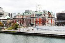 御堂筋線の淀屋橋駅から土佐堀通りを東へ歩くと左手にあるブルックリンカフェのビルの2Fです。