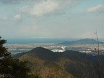 琵琶湖や比良山系が見える山頂