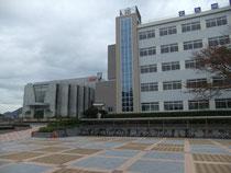 校舎と駐車場