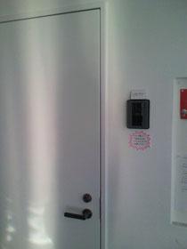※入口から入って右側に、インターホンのあるドアが、ありますので、「ピンポン」を押してくださいませ。