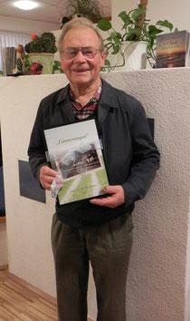 Josef Riezinger mit seinen Lebenserinnerungen