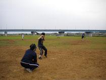 多摩川河川敷で草野球