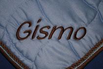 """Bild: gesticktes Wort """"Gismo"""" auf einer Pferdedecke"""