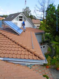 Fitze Dach AG Steildach mit Pfannenziegeln und einer Solaranlage versehen. Inspektion der Arbeiten durch den Geschäftsführer Thomas Maag