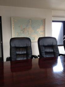 世界のモッズマップを背にミーティング。