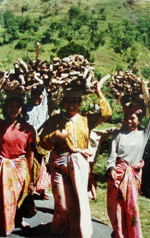 """Balinesinnen aus der """"Kraterstadt"""" des Mount Batur"""