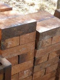 """Briques qui seront maçonnées pour fermer la porte de la """" Chambre """" - lieu où sont rangées les pièces - avant la Cuisson ..."""