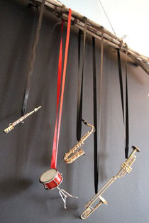 Miniinstrumente aus Messing zum Aufhängen am Seidenband