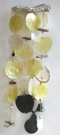 Gelbes Mobile mit Metallobst und Muschelscheiben