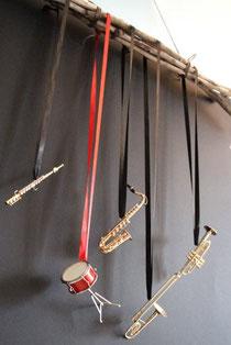 Minimusikinstrumente als hängende Dekoration