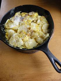 ランチ、ベイクドポテトにチーズ。