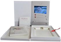 Video-Card als Teil eines Geschenkkartons A4 Hochformat Start Play/Pause Laut/Leise Ladebuchse 2 aufgespielte Videos
