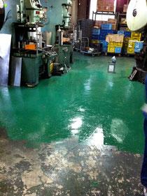 年末の大掃除。床にペンキを塗り新たな気持ちで新年を迎えます。