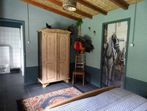 casa-tranquila-bed-and-breakfast-ooij-kamer-kast-badkamer-caballo
