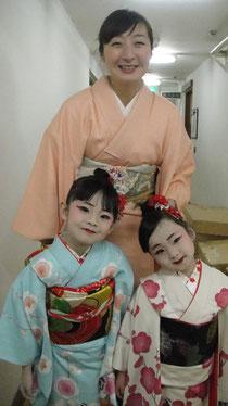 可愛い可愛い3歳と4歳のご姉妹。お揃いの振袖すごくよかったです。ママとニッコリポーズ。