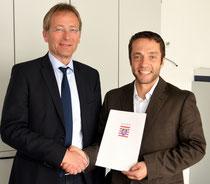 Schulamstdirektor Rolf Heckeroth überreicht Florian Krauß die Ernennungsurkunde    Foto: Ewert