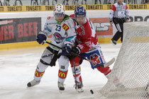 Beat Forster (r, Davos) gegen Duri Camichel (Lakers)