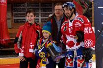 Andres Ambuehl (Davos) als coolstes Goal des Abends gewaehlt worden nach dem Spiel