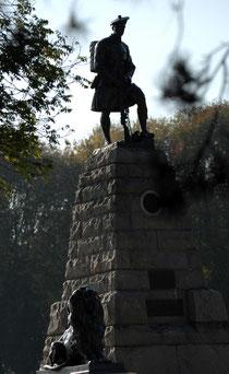 Un Highlander, le regard fixé en direction de l'ennemi d'hier...