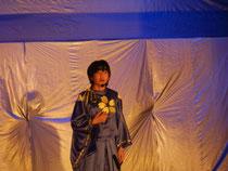 小次郎がお母さんに歌いかけます