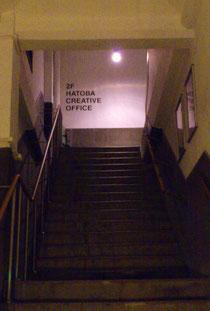 もともと倉庫なので階段を3階まで上がります。