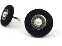 schwarzer Filzring mit Perle
