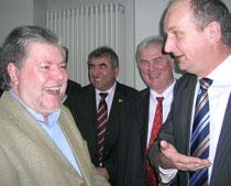 Ein lachender Kurt Beck im Gespräch mit Brandenburgs Landwirtschafts- und Verbraucherschutzminister Woidke Jasn 2008 bei der Grünen Woche. Foto: Helga Karl