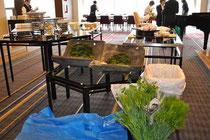フランス料理「ピア」の入口 前菜のバイキングの後ろに花器をセッティングしてコケをおき、生け込みスタートです。