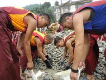 道路工事をするボン教僧たち