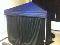 教室にテントを張り、暗幕をかけました。