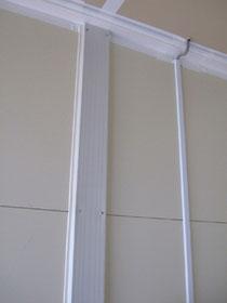 [写真3]中越沖地震の仮設住宅で、プラスチックカバーされた鉄柱。結露はほとんど解消された。〔以上3点、『仮設住宅の居住性』報告書(2008年/長岡技術科学大学 木村悟隆准教授)より〕