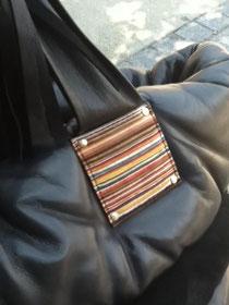 持ち手部分の装飾は、端切れの革を寄木細工のように重ね合わせて作られる
