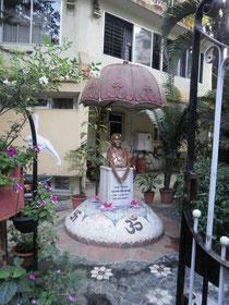 Denkmal für Iyengars am 28.01.1973 verstorbene Frau Ramaa
