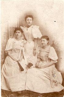 Großmutter (links) mit Freundinnen aus dem Pensionat