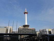 京都タワー 朝は晴れ午後曇り