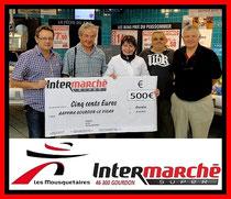 Jean-Luc Rougier, P.D.G. d'Intermarché, remet le chèque pour l'école de pêche.