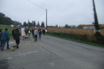 Le cortège rejoint la route de Lasseube.