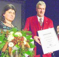 Martin Jäger wurde beim Jahreskonzert für seine 25-jährige aktive Mitgliedschaft im Musikverein zum Ehrenmitglied ernannt. Links Ehefrau Silvia Jäger.