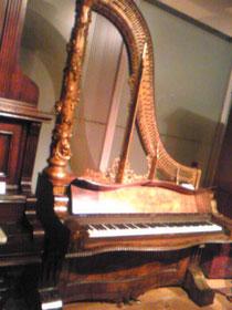 19世紀のライトアップピアノ。高音ほど弦が短いのがよく分かる。それにしてもブルジョア。