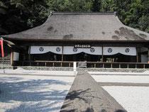 国の重要文化財の本堂が。通常お参りできるのはココまで。