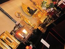 暖簾をくぐると、立派な阿弥陀如来像が。手前には小さな家康像が。